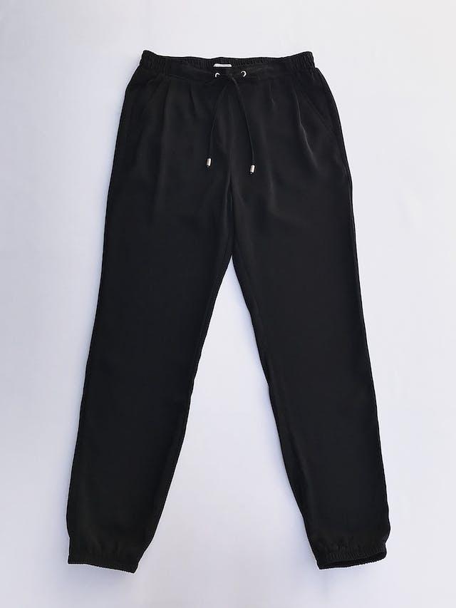 Pantalón Sfera negro, estilo jogger de tela plana,   con pinzas delanteras, bolsillos laterales, elástico posterior y en basta, pasador regulable en cintura  Talla 28 foto 1