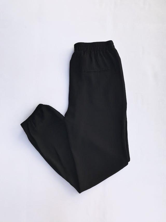 Pantalón Sfera negro, estilo jogger de tela plana,   con pinzas delanteras, bolsillos laterales, elástico posterior y en basta, pasador regulable en cintura  Talla 28 foto 2
