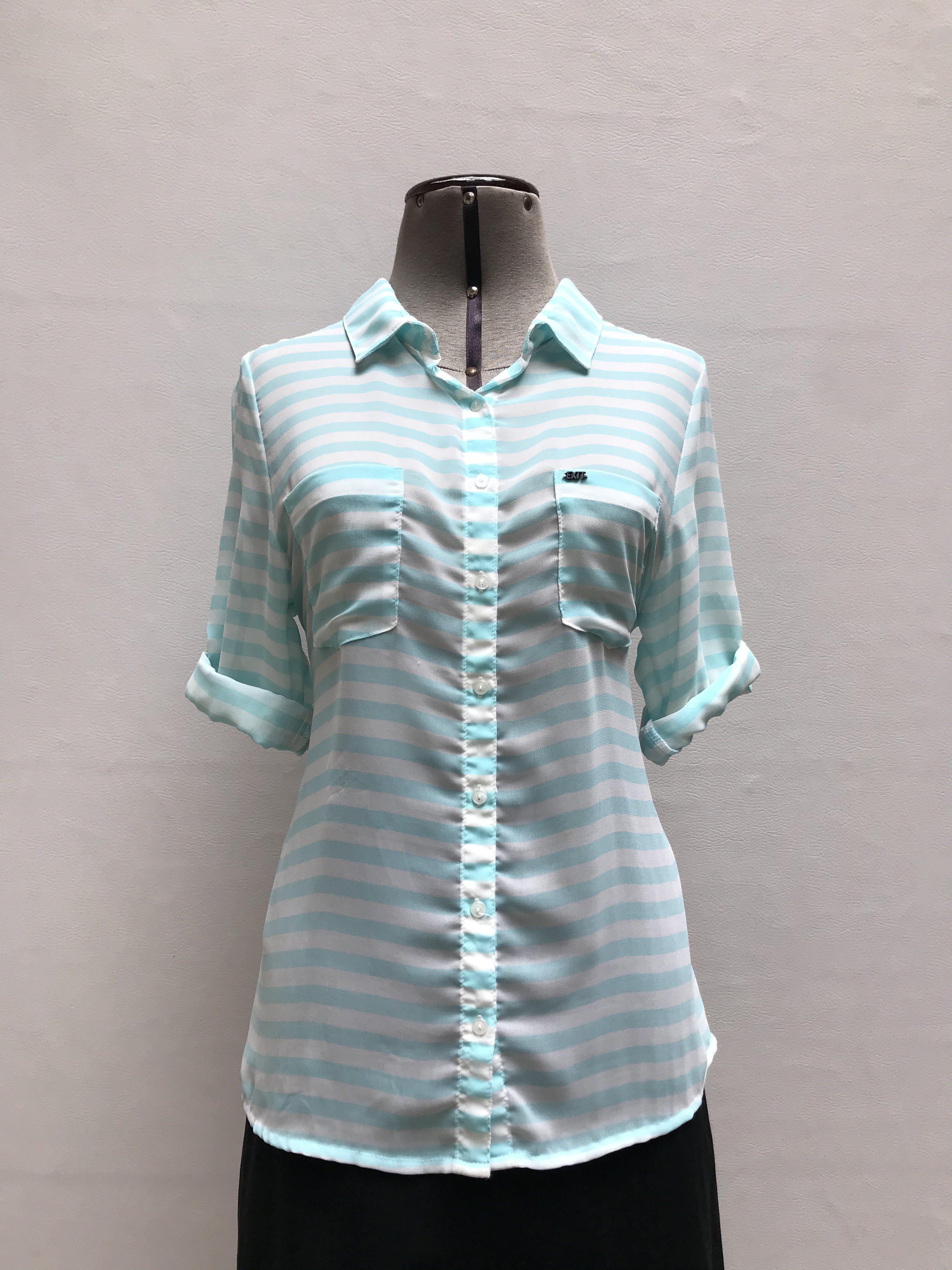 Blusa Exit de gasa a rayas celestes y blancas, cuello camisero con botones y bolsillos en el pecho, manga 3/4 regulable con botón Talla S