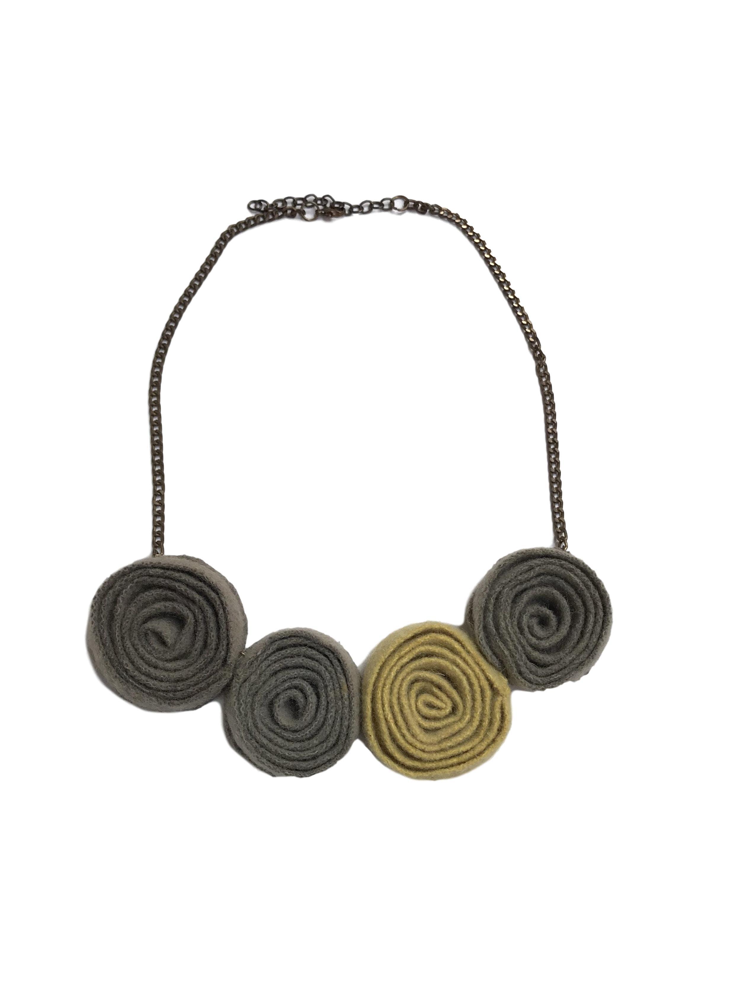 Collar cadena tono bronce con esferas de tela tipo lanilla. Largo de cadena 55cm (+5 regulable)