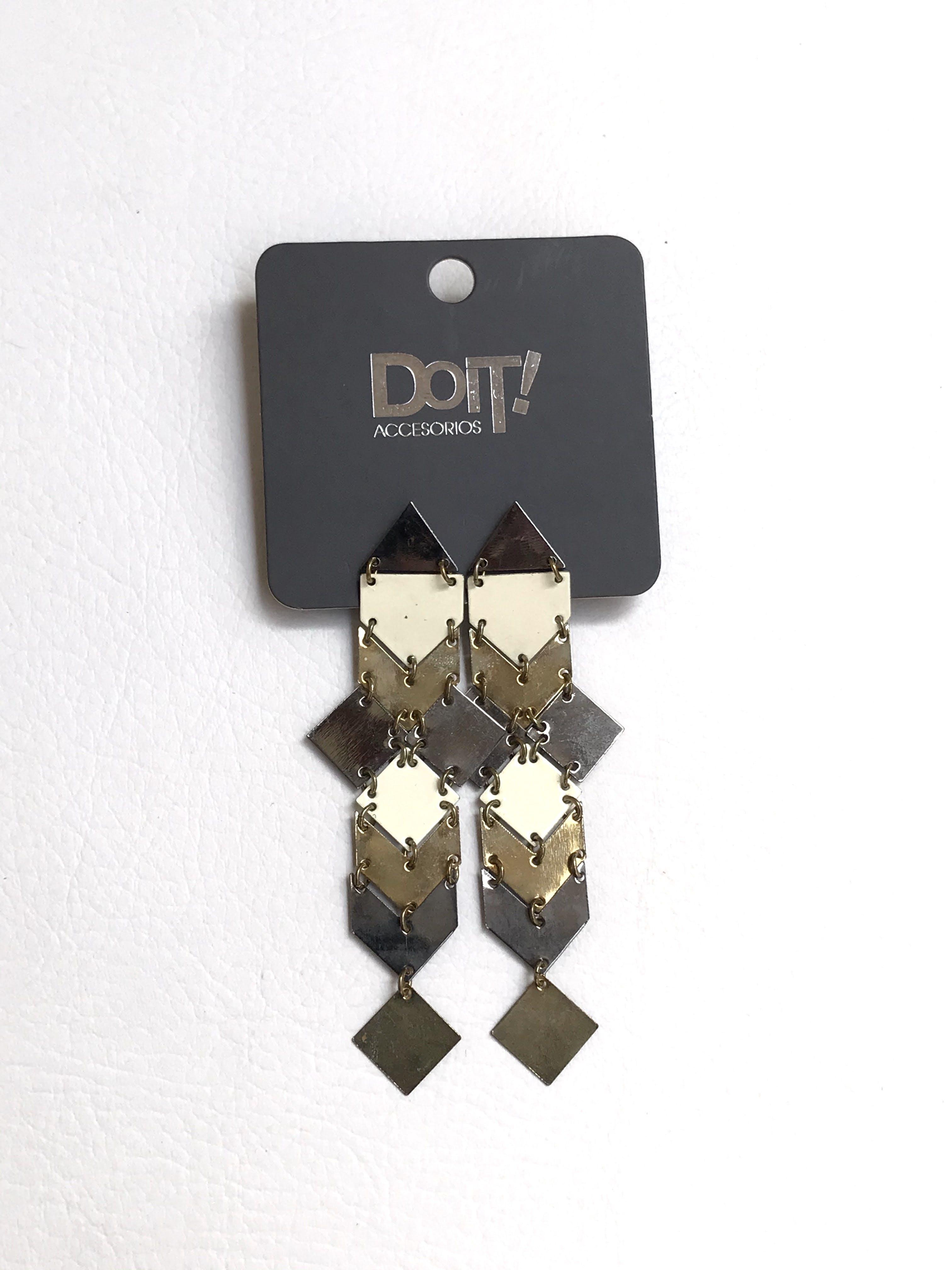 Aretes de plaquitas geométricas en tono dorado plateado y crema. Largo 10cm