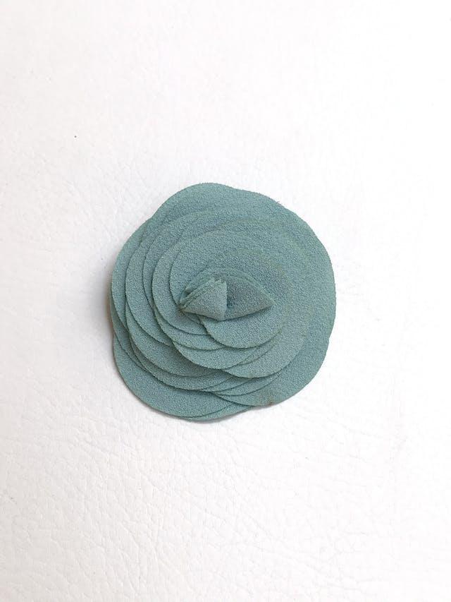 Broche de tela tipo crepé celeste en forma de flor, lleva doble opción de sujetador imperdible y gancho. Diámetro de flor 8cm foto 1