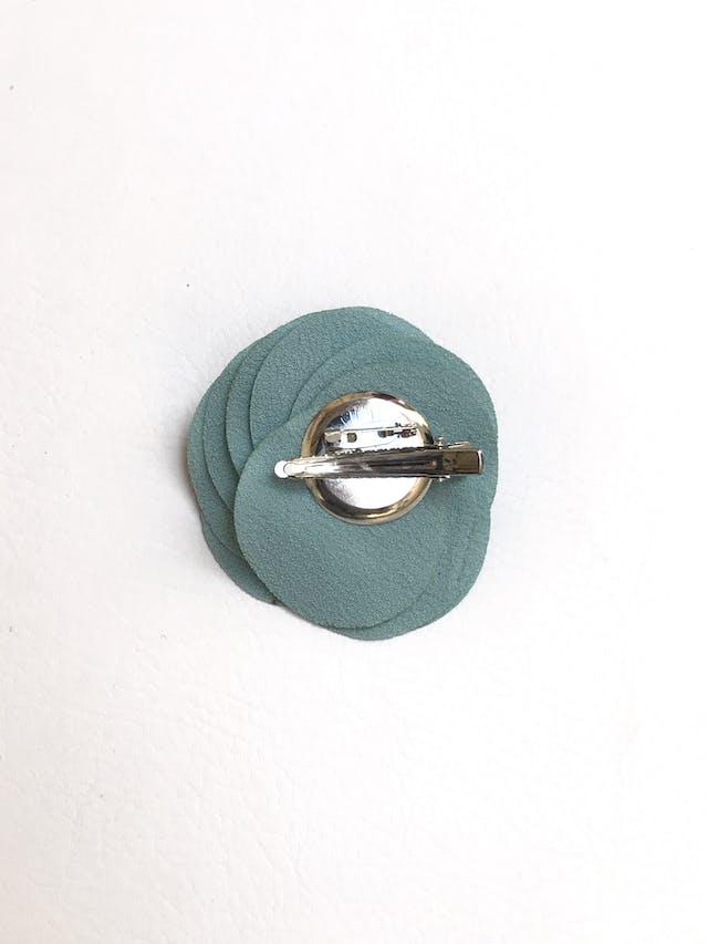 Broche de tela tipo crepé celeste en forma de flor, lleva doble opción de sujetador imperdible y gancho. Diámetro de flor 8cm foto 2