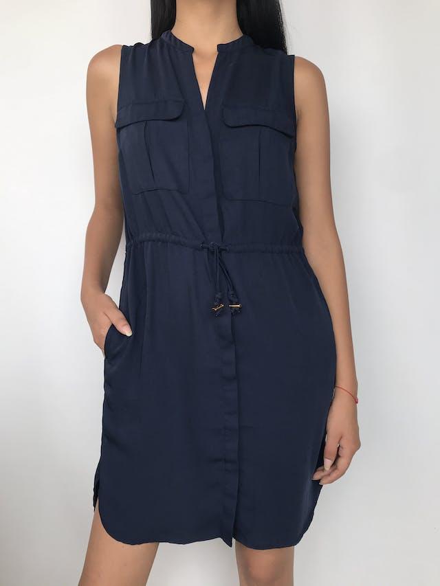 Vestido camisero H&M de tela plana azul, cintura regulable, bolsillos en el pecho y laterales  Talla S suelto  foto 1
