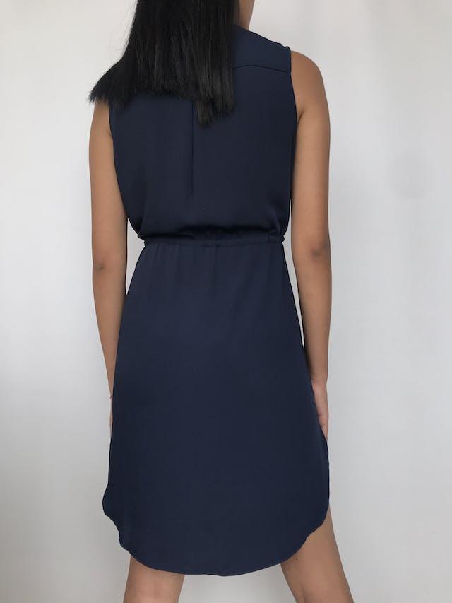 Vestido camisero H&M de tela plana azul, cintura regulable, bolsillos en el pecho y laterales  Talla S suelto  foto 2