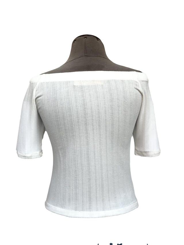 Polo crema con textura de rayas, off shoulder, fila de botones en el centro Talla S foto 2