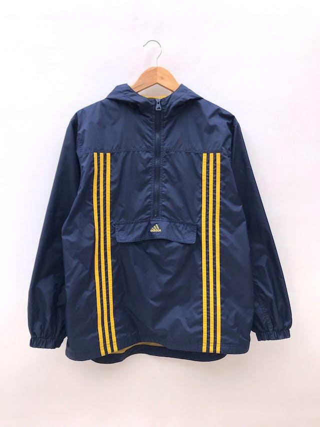 Casaca Adidas vintage, azul con franjas amarillas, de taslán impermeable, forro tipo malla, capucha, cierre y bolsillos delanteros. Es de hombre pero también perfecta para un boyfriend look foto 1