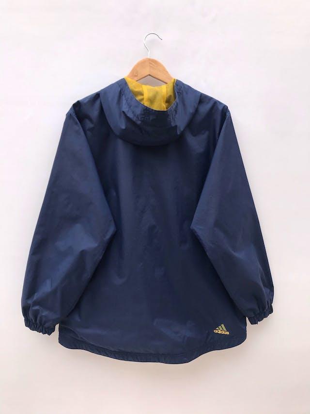 Casaca Adidas vintage, azul con franjas amarillas, de taslán impermeable, forro tipo malla, capucha, cierre y bolsillos delanteros. Es de hombre pero también perfecta para un boyfriend look foto 2