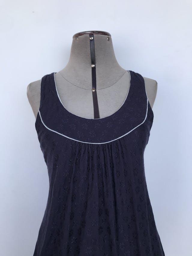 Blusa French Connection azul con brocado de flores satinadas, ribetes plateados en el cuello, tela fresca Precio Original S/. 160 Talla S suelto (Puede ser M) foto 2