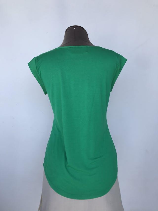 Polo Calvin Klein verde con detalles de tela satinada en mangas y bolsillo Talla S foto 2