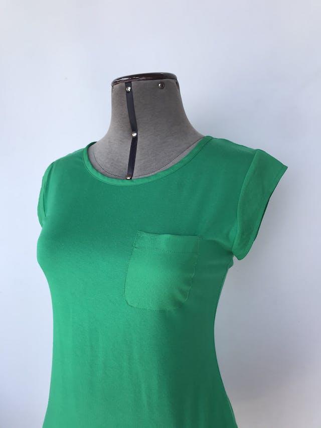 Polo Calvin Klein verde con detalles de tela satinada en mangas y bolsillo Talla S foto 3