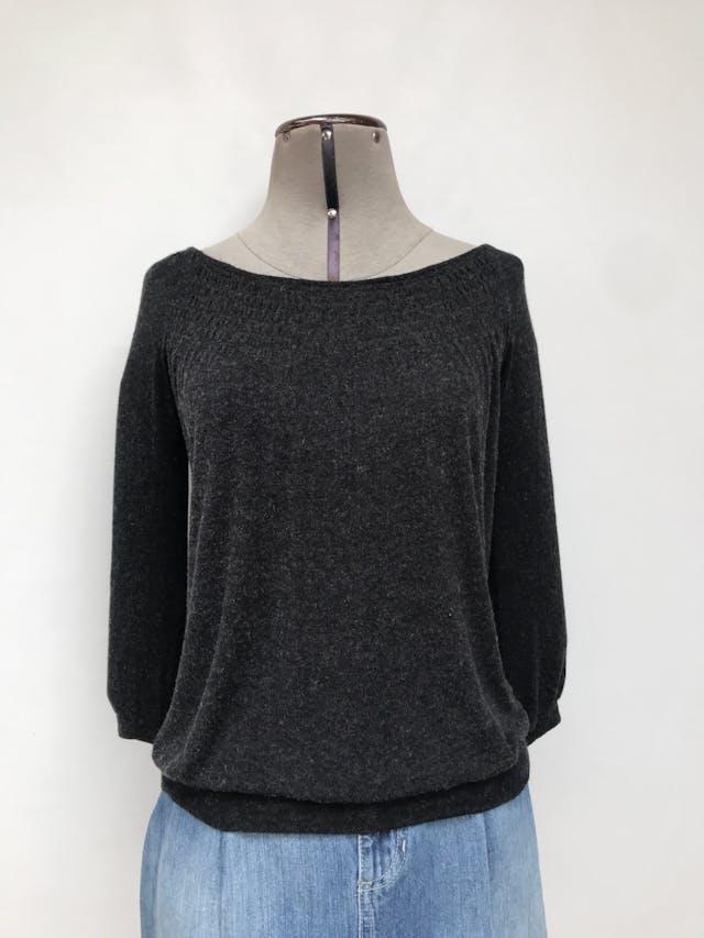 Polo Zara gris jaspeado, tela rica al tacto, cuello ojal, panal de abeja en pecho, manga 3/4 y pretina en la basta Talla S foto 1
