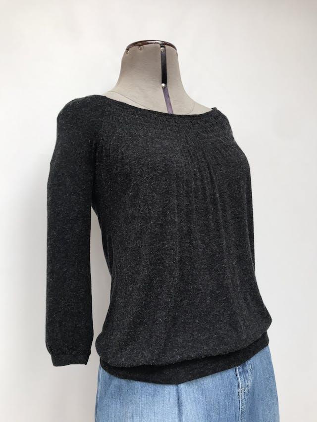 Polo Zara gris jaspeado, tela rica al tacto, cuello ojal, panal de abeja en pecho, manga 3/4 y pretina en la basta Talla S foto 2