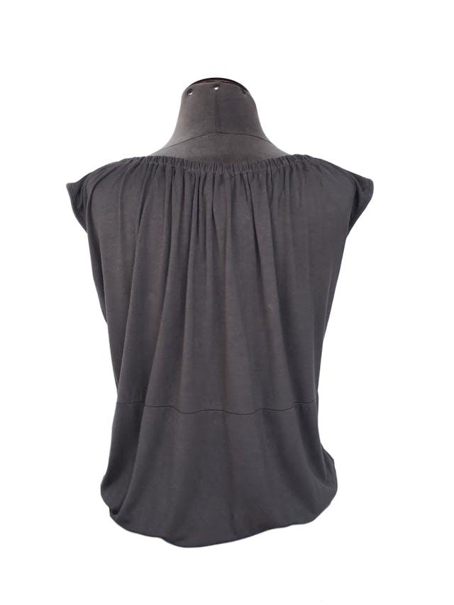 Polo marrón, tela tipo algodón con elástico en el cuello y basta Talla S foto 2
