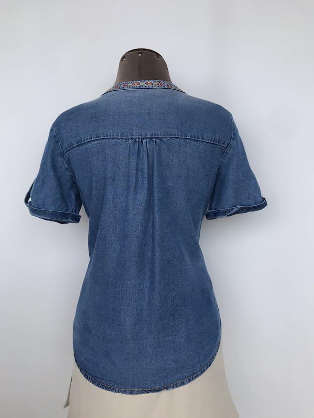 Blusa denim StudioF con bordados y cierre delantero, mangas con dobaldillo y botón Talla XS/S foto 2