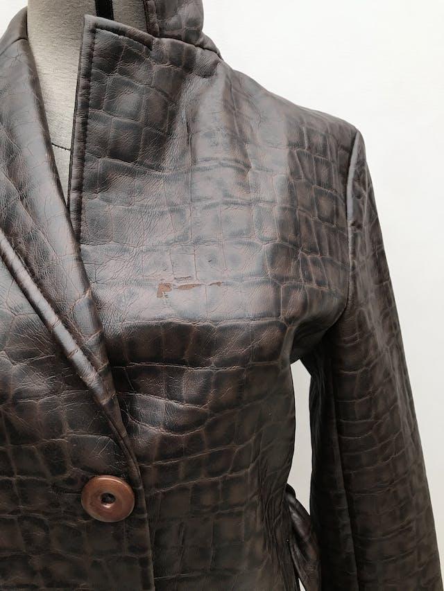 Abrigo Zara de cuerina textura reptil marrón y negro, forrado, solapas, botones y cinturón, corte en A. Largo 90cm, Tiene un raspado debajo de la solapa izquierda. Precio original S/ 290. ¡Hermoso! foto 3