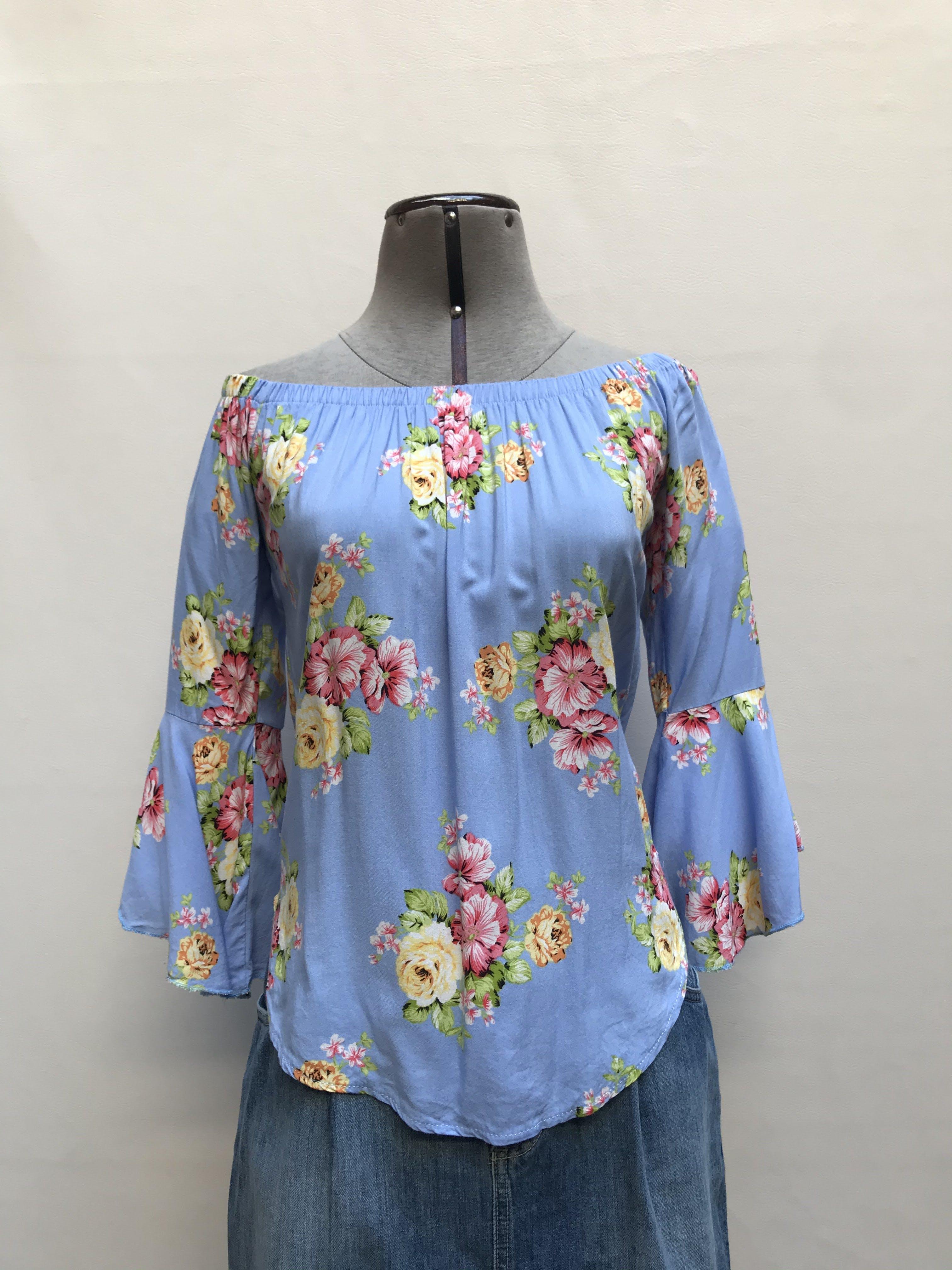Blusa celesta con estampado de flores, off shoulder con mangas campana Talla S
