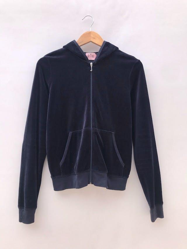 Sweatshirt Juicy Couture de terciopelo azul rico al tacto 80% algodón, cierre y bolsillos delanteros, capucha y estampado posterior. Marca y pieza icónica de los 90s. Precio original S/ 240. Tiene ligeros signos de uso foto 2