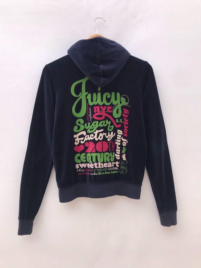 Sweatshirt Juicy Couture de terciopelo azul rico al tacto 80% algodón, cierre y bolsillos delanteros, capucha y estampado posterior. Marca y pieza icónica de los 90s. Precio original S/ 240. Tiene ligeros signos de uso foto 1