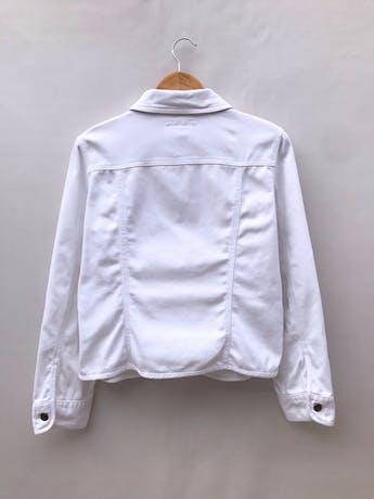 Casaca denim blanca Geoffrey Benne, 98% algodón, bolsillos delanteros y botones metálicos. Como nueva! Precio original S/ 270 foto 2