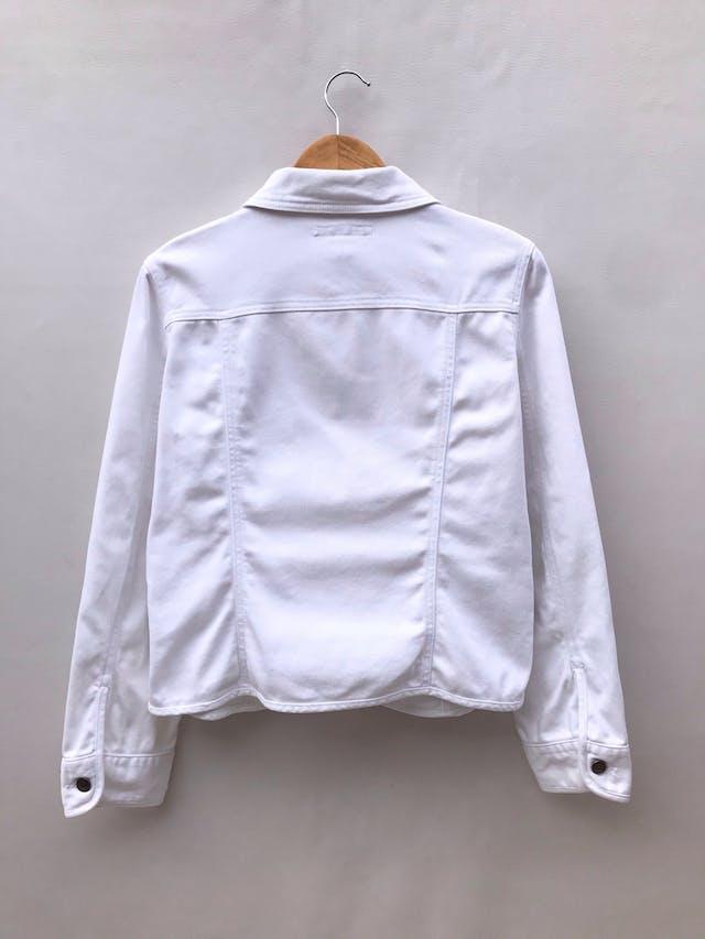 Casaca denim blanca Geoffrey Benne, 98% algodón, bolsillos delanteros y botones metálicos. ¡Como nueva! Precio original S/ 270 foto 2