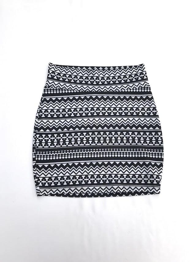 Falda blanca con estampado tribal negro, pegada al cuerpo, ligeramente stretch. Largo 44cm talla S foto 1