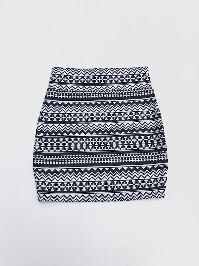 Falda blanca con estampado tribal negro, pegada al cuerpo, ligeramente stretch. Largo 44cm talla S foto 2