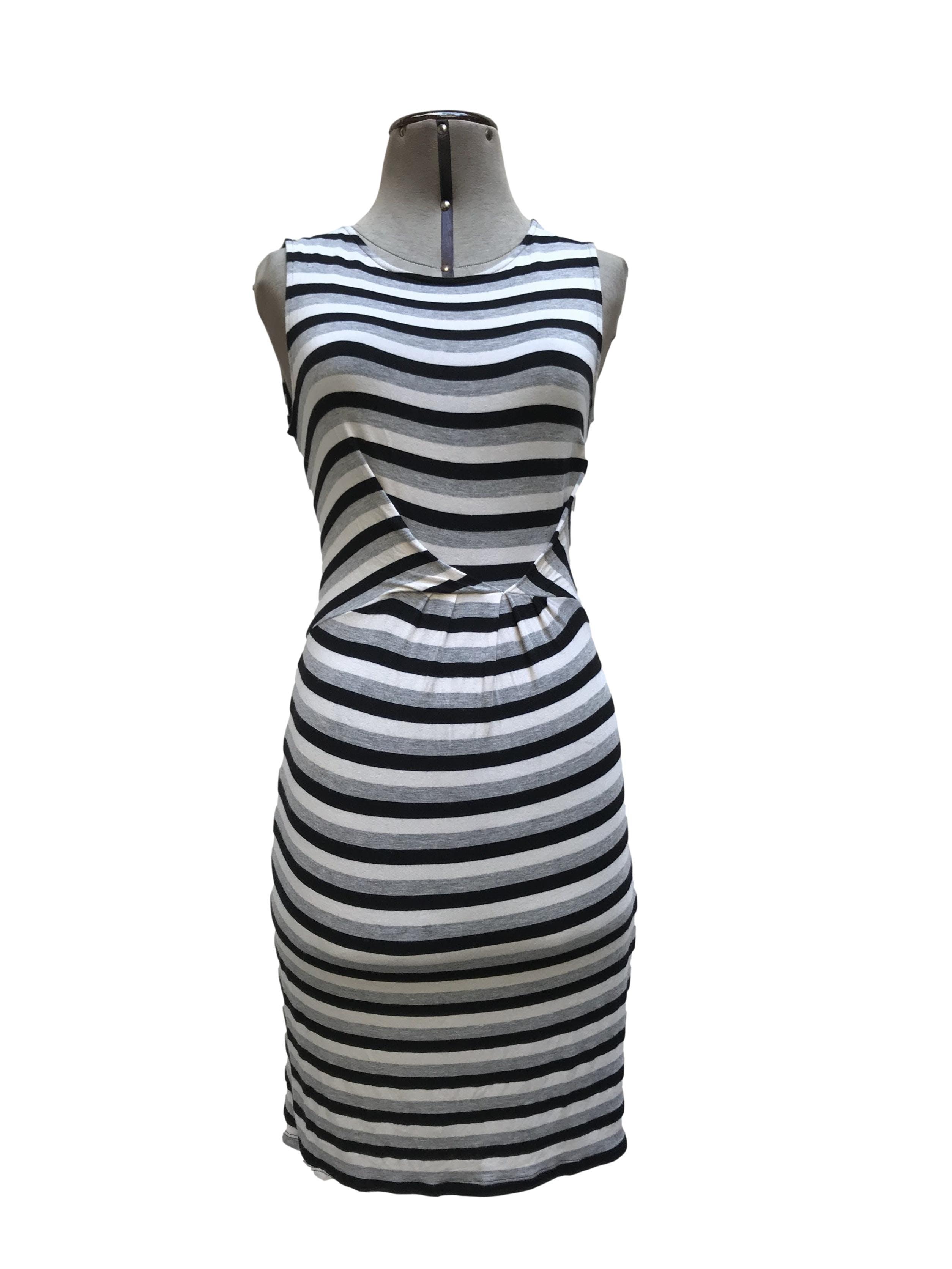 Vestido Apology London, tela tipo algodón stretch a rayas crema y grises, forrado, drapeado central. Lindo y fresco! Talla S