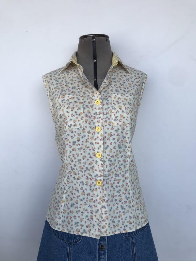 Blusa amarillo pastel con flores, fila de botones en el medio, bolsillo en el pecho y lleva pinzasTalla S foto 1