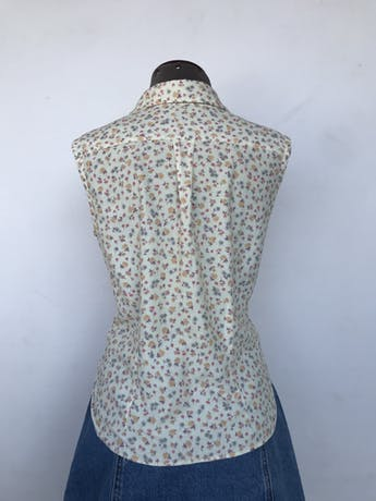 Blusa amarillo pastel con flores, fila de botones en el medio, bolsillo en el pecho y lleva pinzasTalla S foto 2