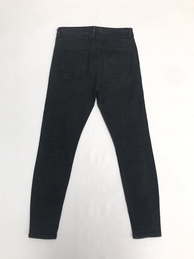 Pantalón jean Zara, denim stretch a la cintura y corte pitillo. Precio original S/ 130 foto 2