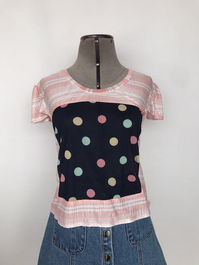 Polo estampado rosa y blanco satinado, con tul azul y bolitas en el centro y lazo en la espalda Talla M foto 1