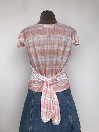 Polo estampado rosa y blanco satinado, con tul azul y bolitas en el centro y lazo en la espalda Talla M foto 2