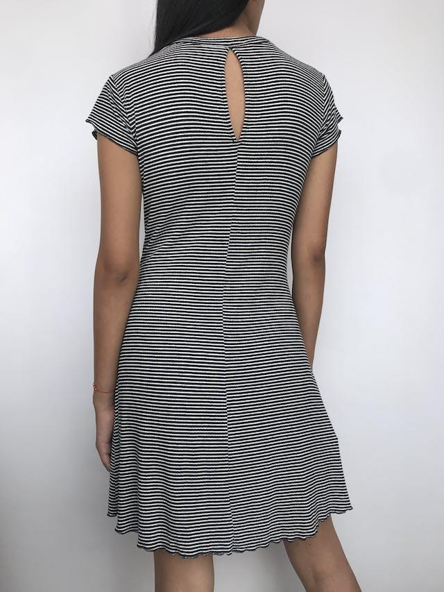 Vestido Mango a rayas blanco y negro con textura acanalada, tela tipo algodón strech, escote en gota posterior, falda en A Talla M foto 2
