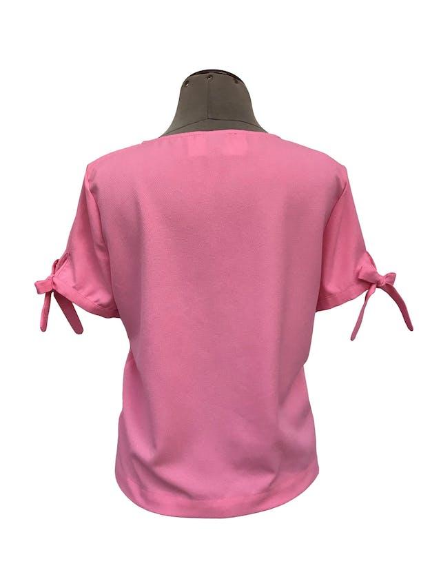 Blusa Forever21 rosa con textura tipo crepé, con lacitos para amarrar en las mangas Talla M foto 2