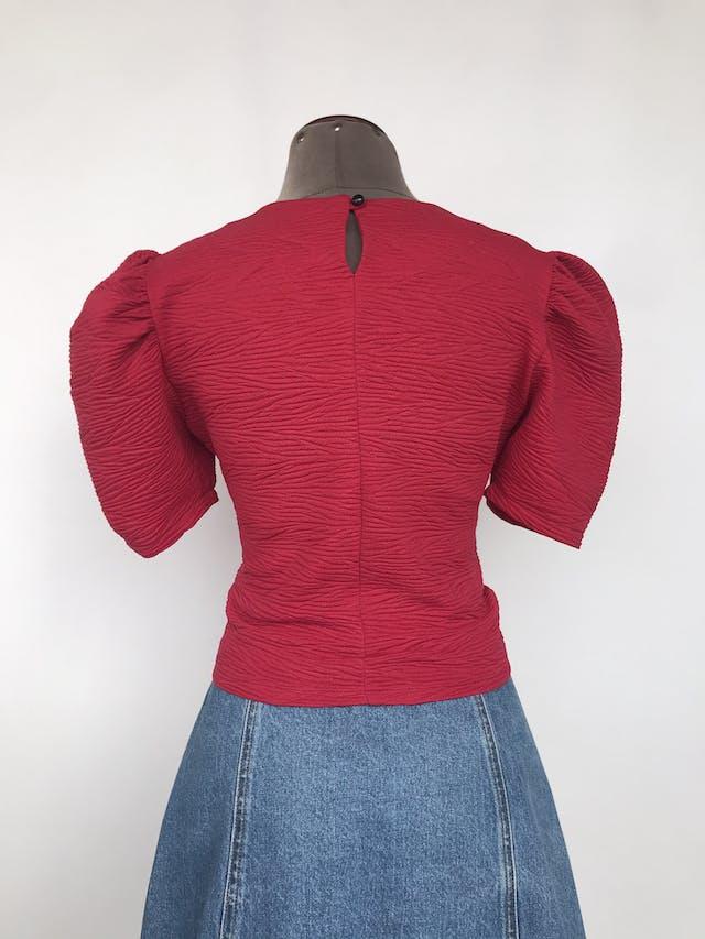 Blusa roja de tela con textura, recogido delantero, botón posterior en el cuello y mangas abuchonadas Talla S foto 2