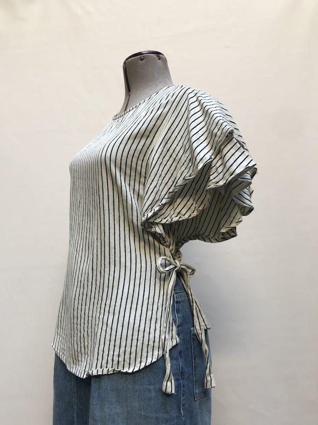 Blusa Mango de lino, algodón y viscosa, crema con líneas azules, botón posterior en el cuello, volantes en las mangas y se amarra a los laterales Talla M foto 2