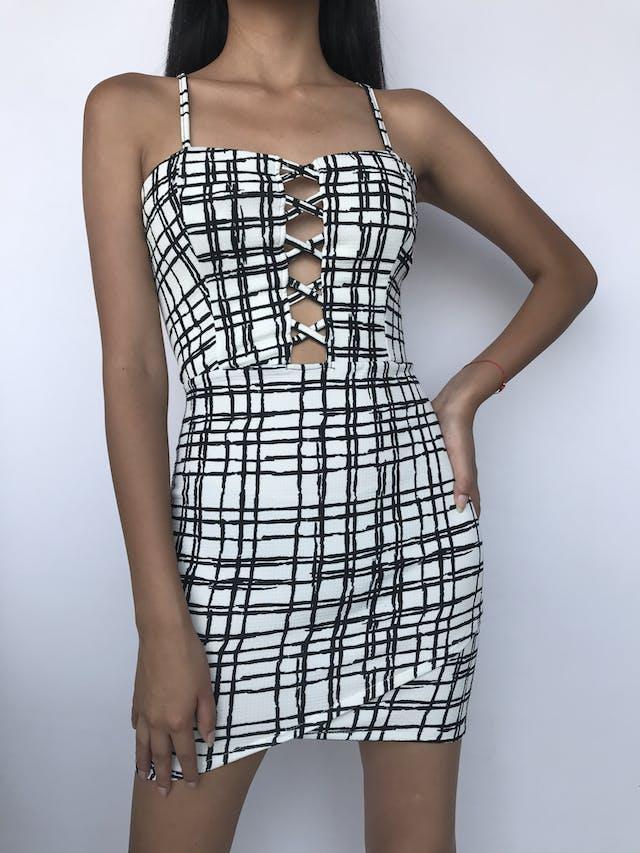 Vestido de tela con textura de cuadritos, estampado blanco con cuadros negros, cruzado en el escote y cierre posterior Talla XS foto 1