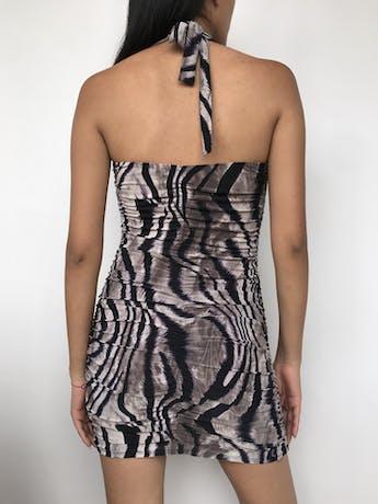 Vestido cuello halter con estampado animal print, tela tipo lycra, lleva copas Talla S foto 2