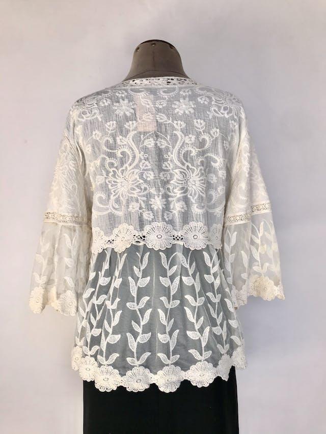 Blusa de tul crema con bordado y encaje, pecho y espalda alta cubiertas, mangas 3/4 campana Talla M foto 2
