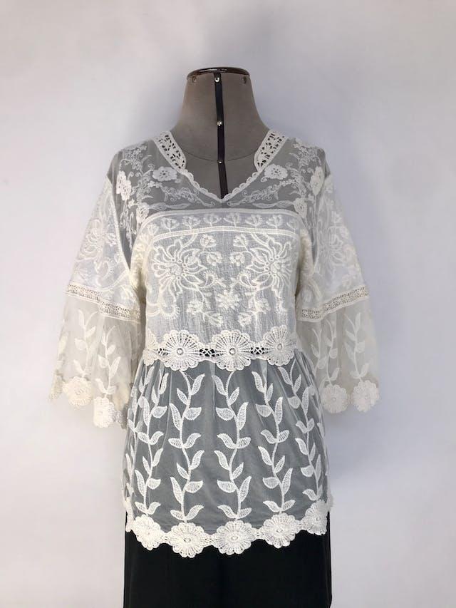 Blusa de tul crema con bordado y encaje, pecho y espalda alta cubiertas, mangas 3/4 campana Talla M foto 1