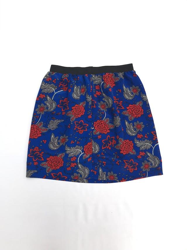 Falda azul con estampado de flores rojas y grises, tela plana tipo crepé, elástico negro en la cintura. Largo 46cm Talla S foto 2