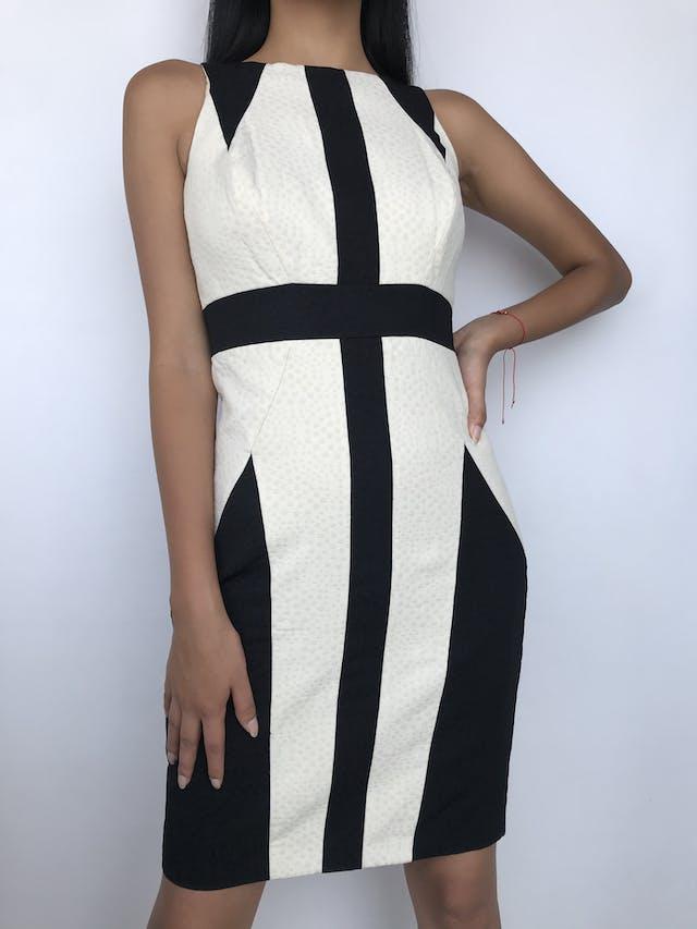 Vestido Jax crema con textura de círculos, franjas negras, cierre posterior y lleva forro. Precio original S/ 300 Talla S foto 1