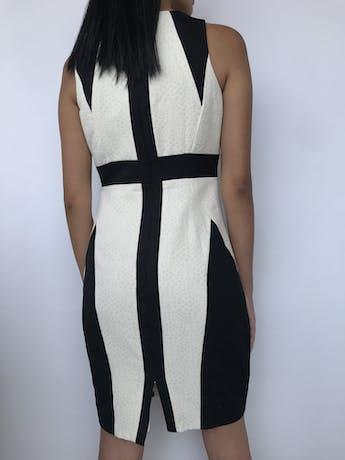 Vestido Jax crema con textura de círculos, franjas negras, cierre posterior y lleva forro. Precio original S/ 300 Talla S foto 2