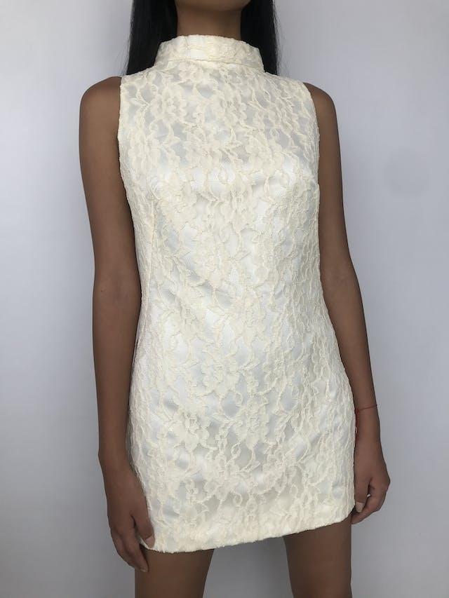 Vestido mini de encaje crema, cuello alto con botón grande nacarado y escote posterior, corte recto con pinzas Talla S foto 1