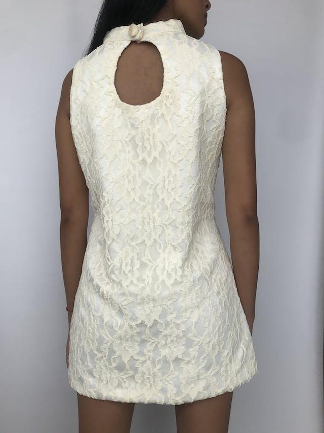 Vestido mini de encaje crema, cuello alto con botón grande nacarado y escote posterior, corte recto con pinzas Talla S foto 2