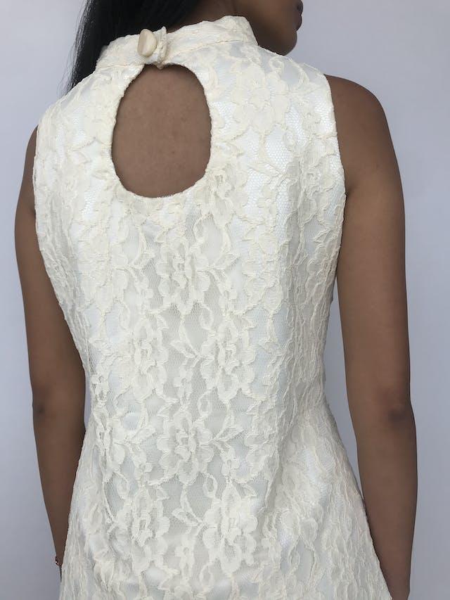Vestido mini de encaje crema, cuello alto con botón grande nacarado y escote posterior, corte recto con pinzas Talla S foto 3