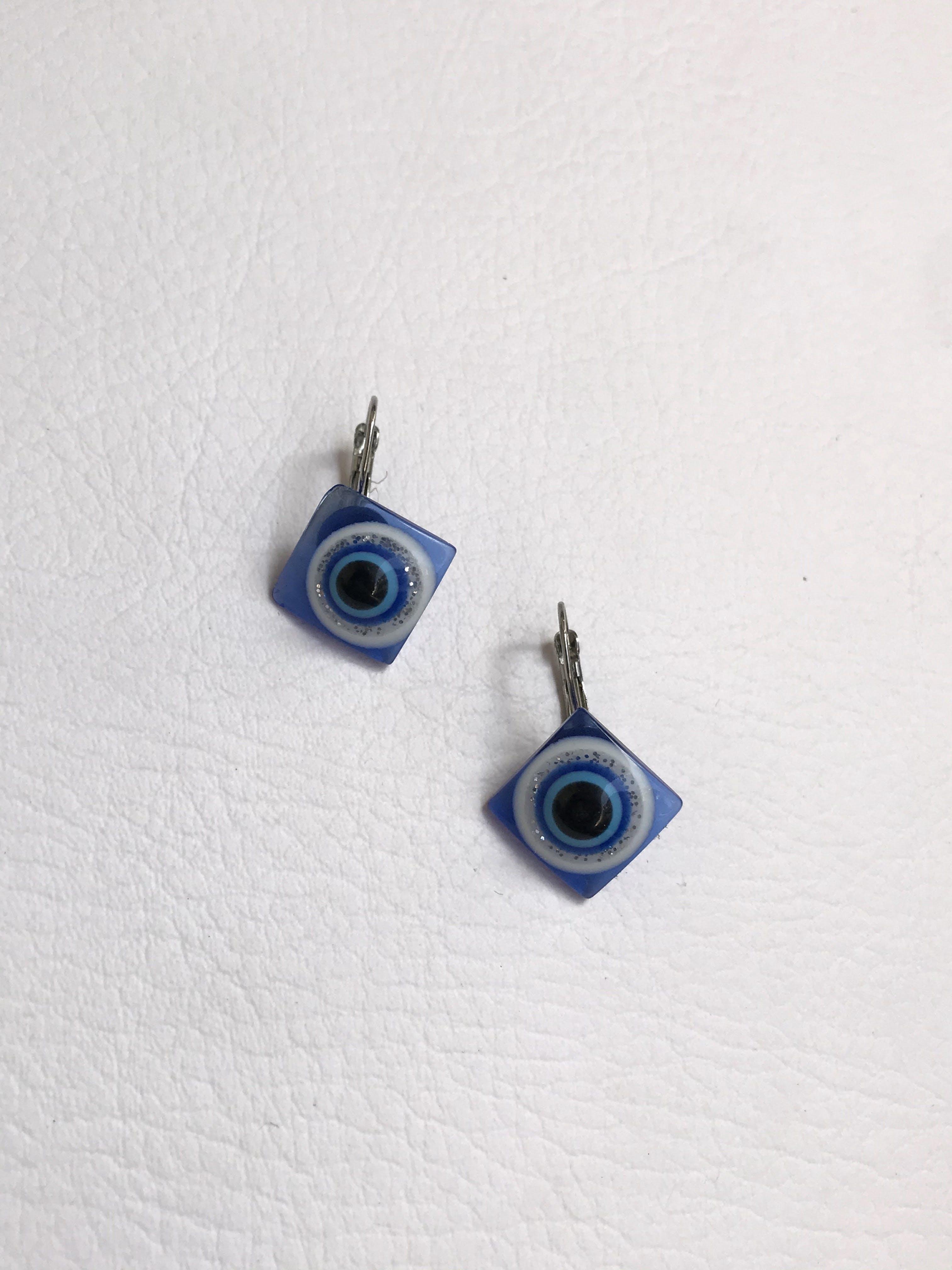 Aretes rombo de acrílico azul con relieve tipo ojo turco