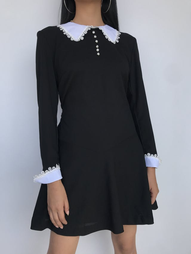 Vestido retro Pop England negro con cuello y puños blancos con detalles de guipur, botones en el pecho, cierre posterior y forro Talla S foto 1