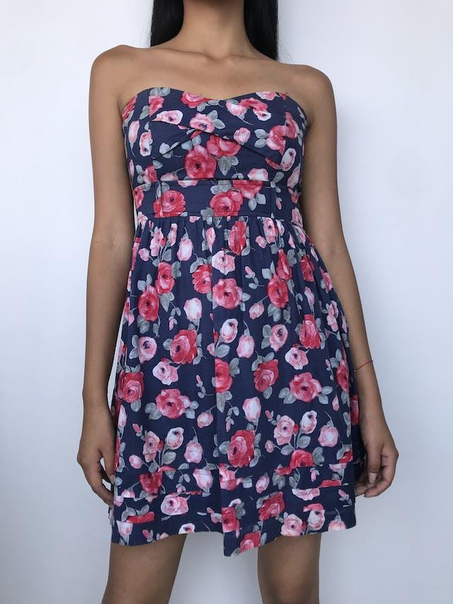 Vestido strapless azul con estampado de flores rosas y rojas, lleva copas, corte debajo del busto, cierre posterior y forro Talla S foto 1